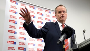 Federal Opposition Leader Bill Shorten speaks to students at Monash University in Melbourne, Monday, Sept. 21, 2015. Labor aims to increase the number of students completing university by 20,000 a year under its higher education policy. (AAP Image/Tracey Nearmy) NO ARCHIVING